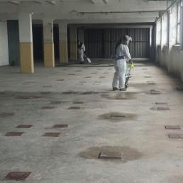 Taubenkotentfernung in einem Industriegebäude, Lagerhalle