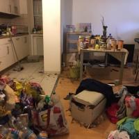 Küche einer Messie Wohnung vor der Reinigung