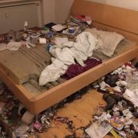 Schlafzimmer einer Messie Wohnung entrümpeln