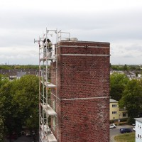 Gerüst an einem denkmalgeschützten Turm zur Entfernung des Taubenkots